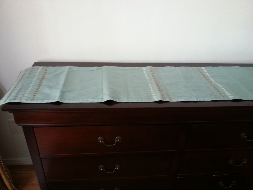 table runner-dresser