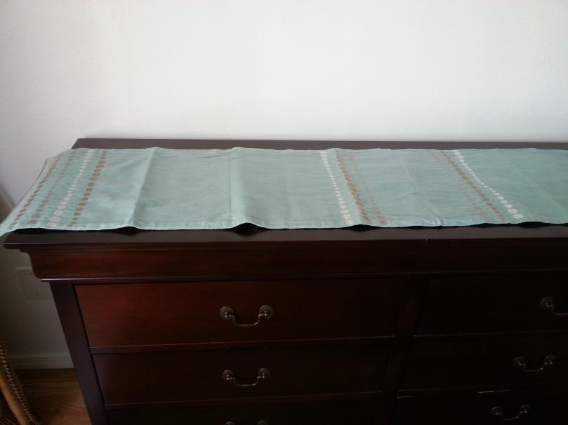 table runner-dresser